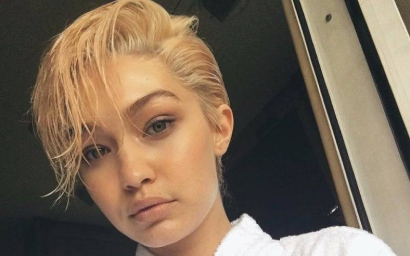 Gigi Hadid gioca con i capelli- header