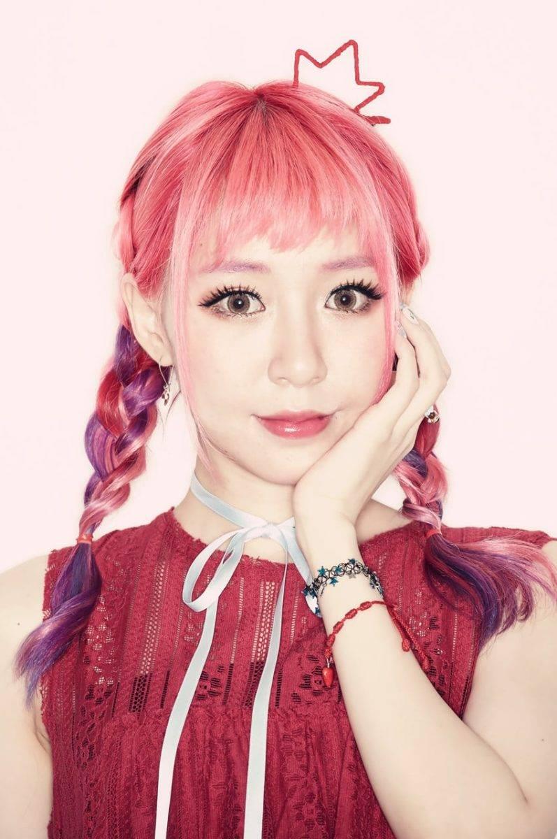 La grande tendenza dei capelli rosa-2